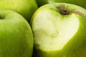 Pourquoi des implants dentaires ? Mordre dans une pomme