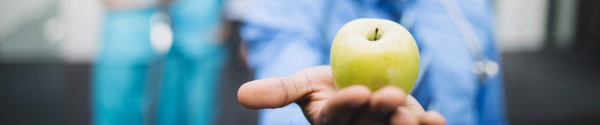 mordre dans une pomme avec des implants dentaires